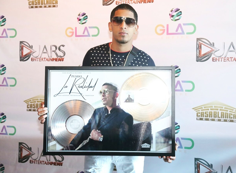 Pusho recibe Disco de Platino por